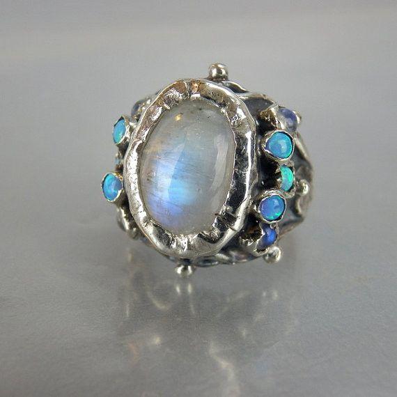 Mondstein Opal Königinnen Ring  Handgefertigtes Ensemble aus einem Mondstein Edelstein in einer Fassung aus Sterling Silber mit kleinen Mondstein Edelsteinen und künstlichen Opalen zu beiden...