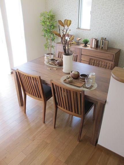 ブラックチェリー材の床にウォールナット無垢材の家具を合わせたコーディネート実例