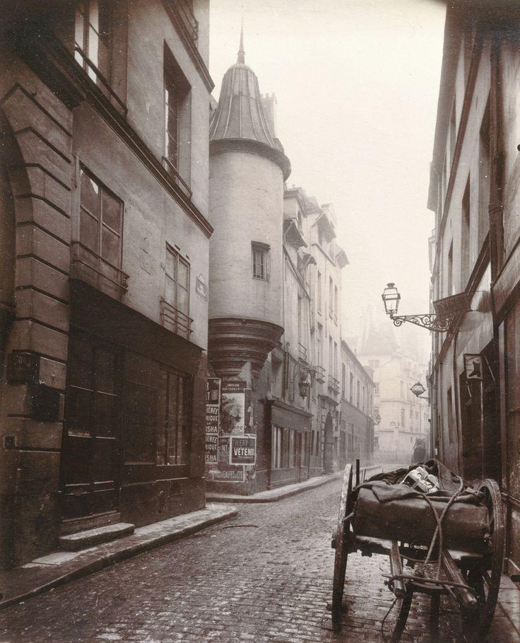 Eugène Atget. Rue de l'Hôtel de Ville, 1921