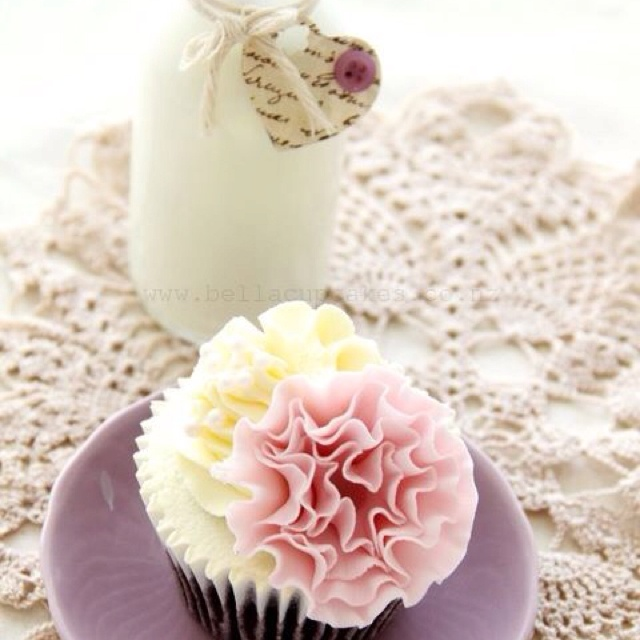 Flowers n' cupcakes. Match made in heaven.