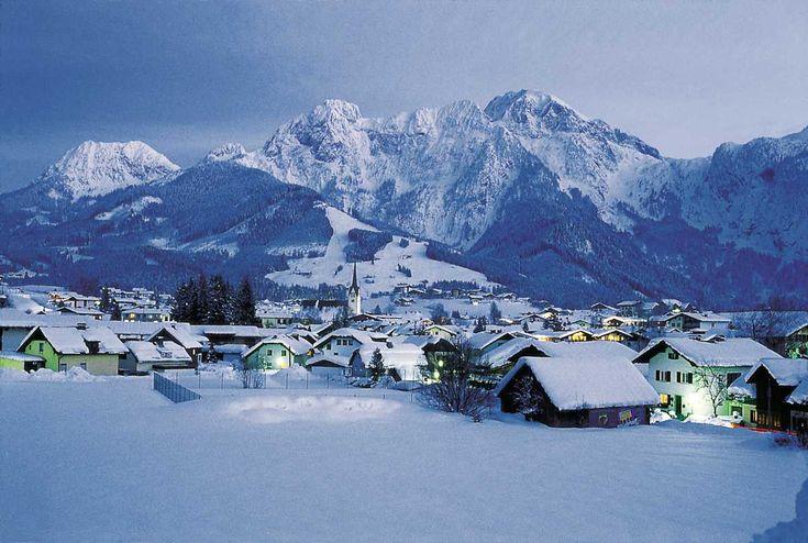 Abtenau, Oostenrijk ons plekje met op de achtergrond de piste