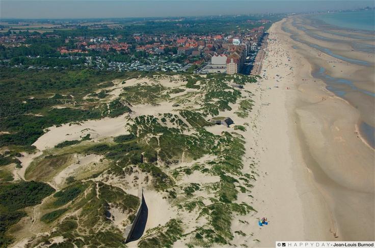 Sur cette vue aérienne de Bray-Dunes, vous pouvez voir un échantillon des promenades que l'on peut faire sur le secteur. Dans le cas présent, c'est d'une partie de la Dune du Perroquet qu'il s'agit ... sympa, vous ne trouvez pas ? Photo J.L. Burnod /Happyday pour Office de tourisme de Bray-Dunes 25/07/2012