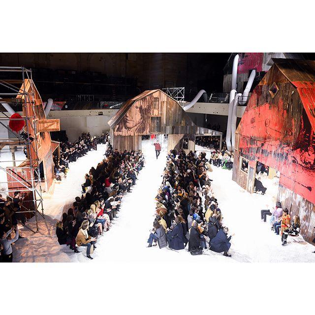 Бренд Calvin Klein представил показ одновременно двух осенне - зимних коллекций  #CalvinKlein #РафСимонс