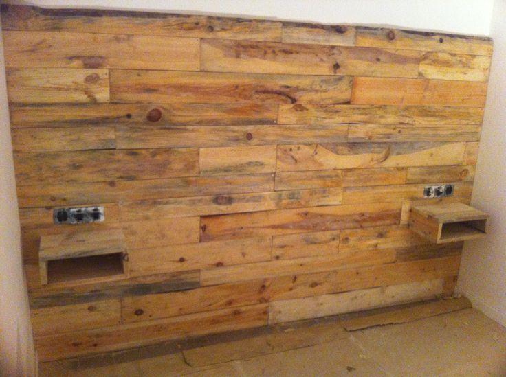Pared revestida con pallets mesas de noche wood wall - Revestir pared con madera ...