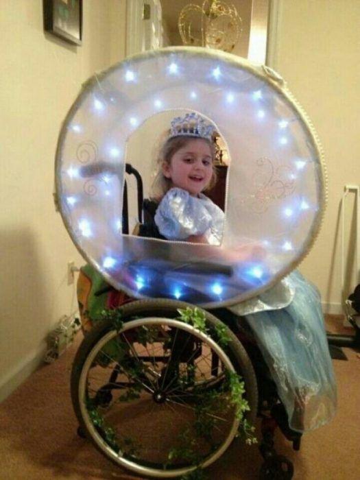 niña sentada en silla de ruedas