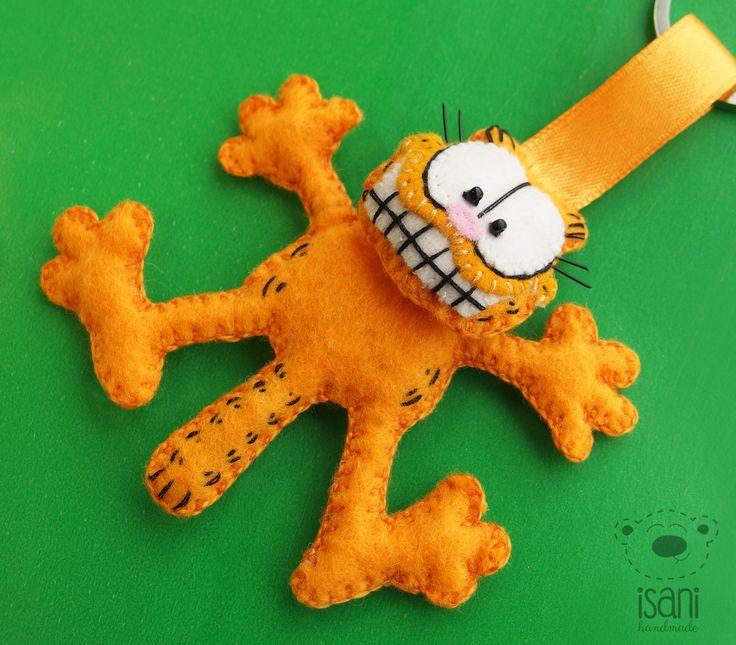 Breloczek z filcu Garfield. Znany kocur jak malowany- uszyty jest ręcznie z filcu 1 mm. Główkę ma wypchaną  watoliną i doszytą do tułowia również wypchanego, co daje efekt 3D. Oczka doszyte z koralików wielkości ok 1,5 mm. Całość kocurka to 7,5 cm na 7,5 cm.