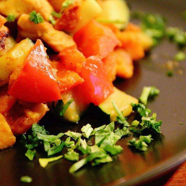 Guten Morgen  Gestern Abend gab es Huhn mit Gemüse und zwar mit Tandoori Masala Gewürz von #justspices dass ich gerade mega feier  (170g Hühnerbrust 100g Karotten 150g Zucchini 170g Paprika 175g Süsskartoffel alles in Ca 12g Kokosöl gebraten)  Ca. 555 kcal KH 57g Eiweiss 47g Fett 15g  Vegetables & chicken with tandoori masala spice   #intermittentfasting #fitnesslifestyle #iifym #tandoori #hamburg #dinner #diet #healthyfood #shredmode by antoine_rb