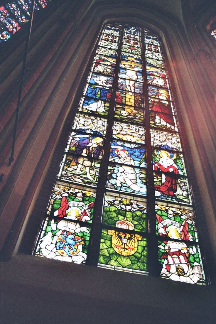 Lüneburg, Kirche St. Johannis Mittleres Chorfenster von Karl de Bouché (1906 von Kaiser Wilhelm II. gestiftet) Lueneburg Johanniskirche Juni 2010 003.jpg