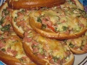 Горячий простой бутерброд с помидорами и сосисками