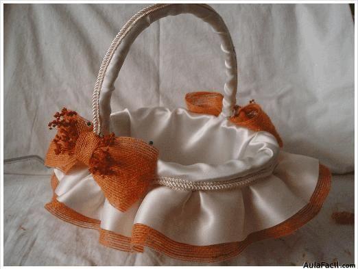 Transformaremos un simple canasto de mimbre en un precioso cesto para la boda.   Los materiales que vamos a usar son los siguientes:   - Si...