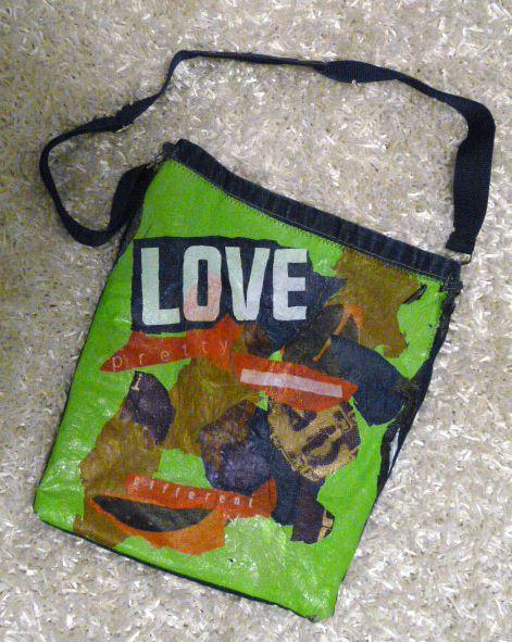 Tas gemaakt van plastic tassen die aan elkaar gestreken zijn.