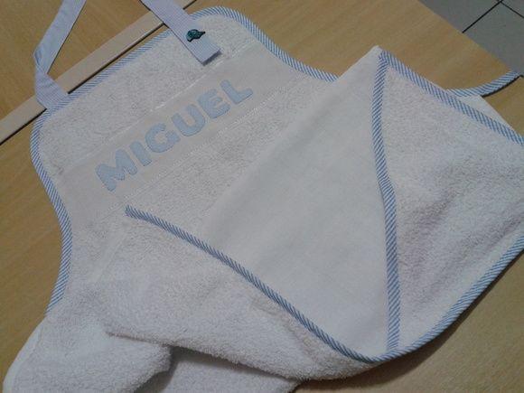 Avental em  toalha de banho com aplicação ou nome (opcional). Forrado com fralda, sendo ideal p/ secar o bebê na hora do banho. R$ 55,00
