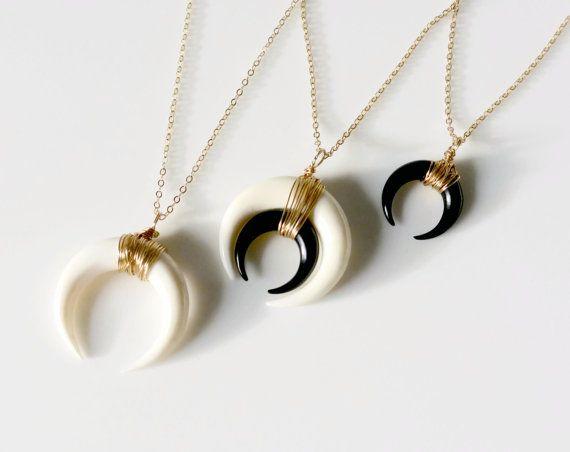 Double corne collier lune collier noir blanc par SilverLotusDesigns