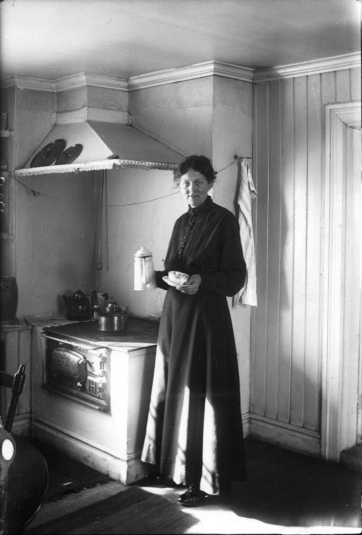 Fru Petréa Nilsson, f Hagesen i Danmark, gift med fabrikör Nilsson, och som kom till Bollnäs med anledning av äktenskapsannons! Interiör från köket i bostaden.