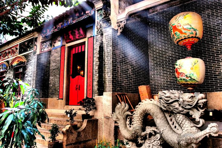 "PAK TAI TEMPLE (Stone Nullah Lane) – Built 1862 in Chinese courtyard style and renovated 2005. Decorations include Chinese stone and wood carvings. The ""Shiwan"" pottery roof exhibits Cantonese opera stories."