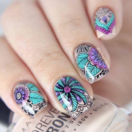 diseño geometrico de uñas con flores