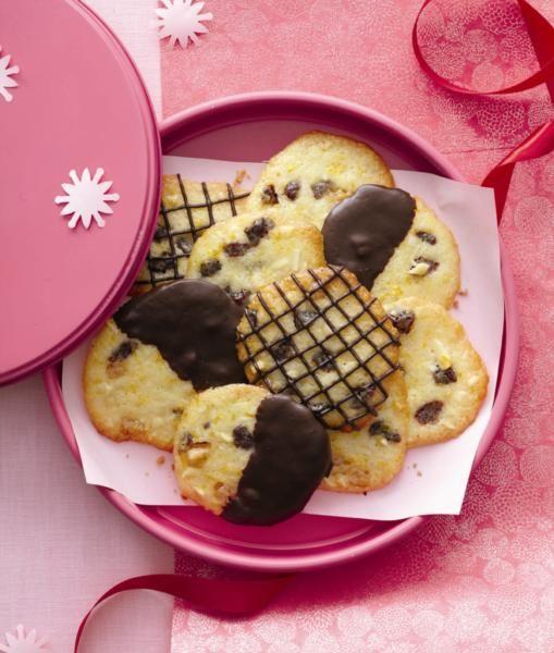 Des croquants à base d'amandes et de cerises, délicieux avec ou sans chocolat fondu.
