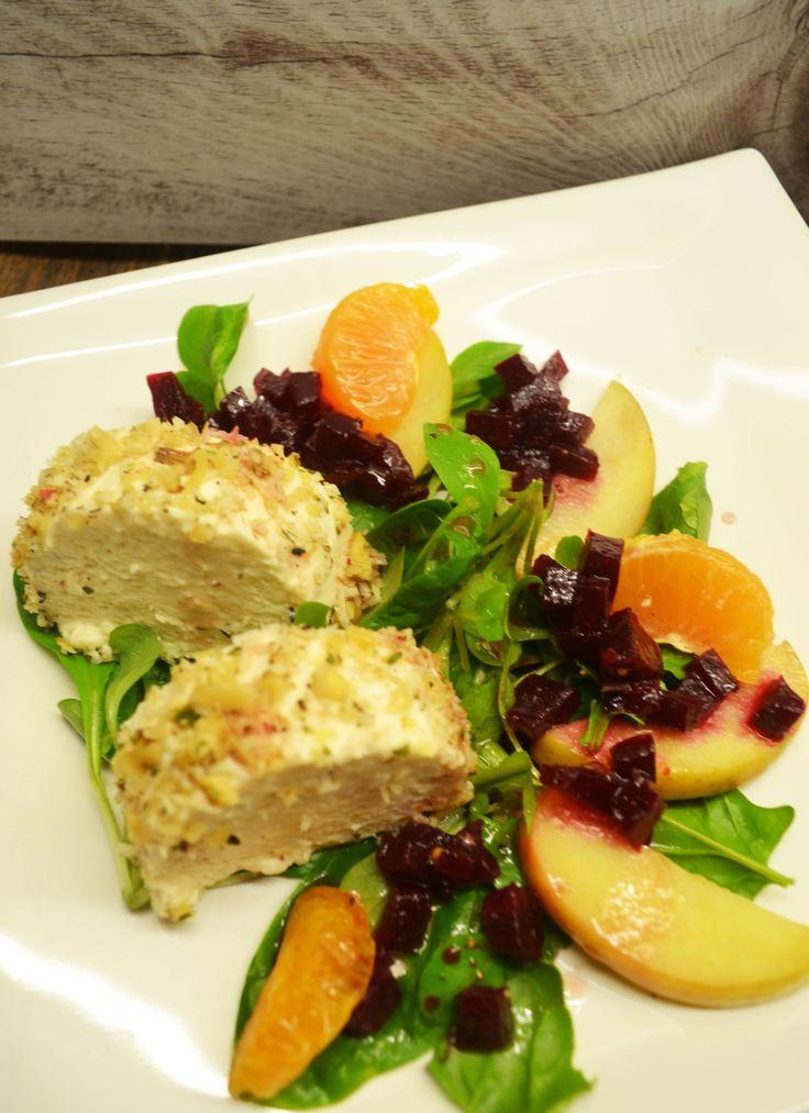 Ein festlicher Auftakt! Mousse von der Räucherforelle im Walnuss-Kren-Mantel auf winterlichem Salat