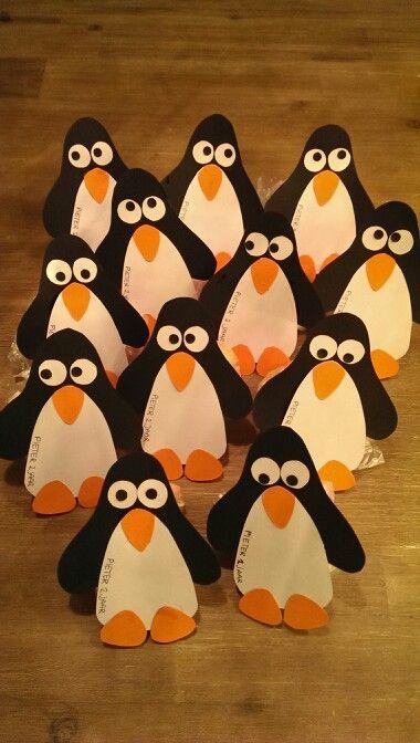 Pinguin traktatie met zakje manna en doosje rozijntjes erachter