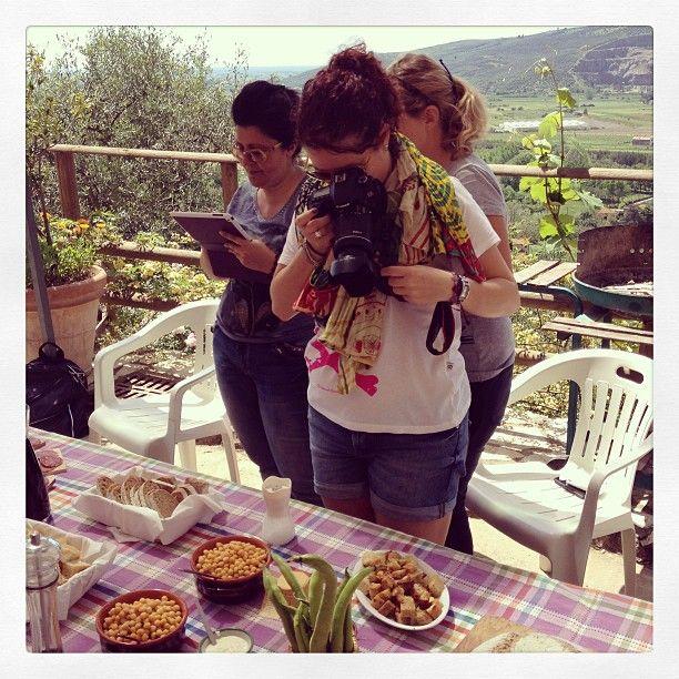 dopo l'escursione di stamani pranzo in agriturismo ... e le blogger in azione #sgttour