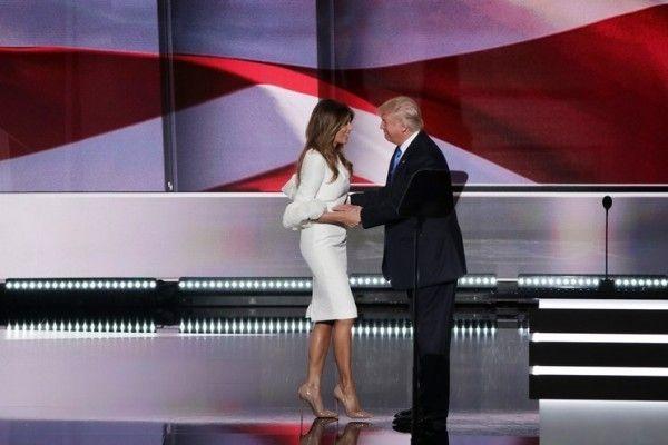 Oh my.... Noivas de plantão, olhem que lindo o vestido usado por Melania Trump para comparecer a um discurso na campanha do marido. O modelo, descrito como vestido para noivas modernas, se esgotou em poucas horas. Se eu casaria com o modelo? No civil, com toda a certeza. E vocês?    Cliquem:http://bit.ly/vestido-melania    #casarei #vestidodenoiva #noivamoderna