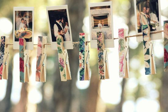 Fotos con pinzas de colores para decorar. Lovely! Decor idea: pictures of the couple with clothes pins - super cute!
