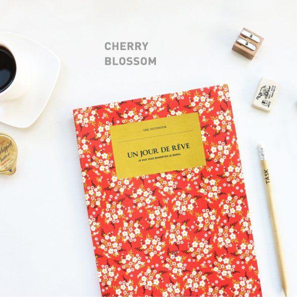 Cuaderno de notas de tapa blanca. Dorso cosido y páginas de rayas. Papelería coreana.