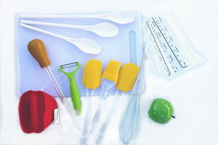 une partie du KIT DE CUISINE LE GRAND CHEF - Utensils for your best recipes preparation / Includes: fruit and vegetable Peeler, Measuring Jug, Timer for cooking times control, Silicon Kitchen Glove, Cooking/Sauce Injector, Chrome Whisk, 2 Spatulas and Brush, 3 Mixing Spoons and a Cooking Table - à http://www.amazon.fr/gp/aag/main?seller=A1QPL980FAHTMT