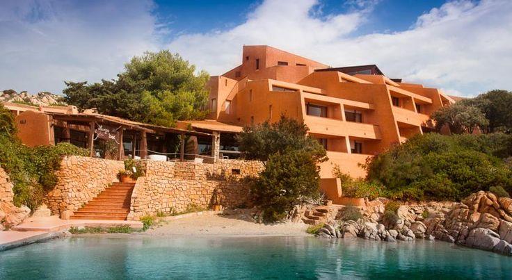 Hotel Cala Lunga , La Maddalena, Italia. ncastonato tra le scogliere che si affacciano sul Mar Mediterraneo, l'Hotel Cala Lunga offre una piscina all'aperto, un ristorante, una terrazza con posti a sedere all'aperto e la connessione Wi-Fi gratuita
