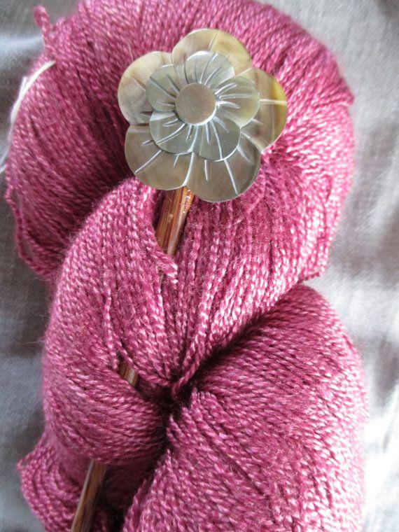 Mooie handgemaakte Blacklip Shell Hibiscus omslagdoek Stick  Grootte: 5 1/2 x 1 1/4 duim lang  Mooie hibiscus blacklip shell abalone omslagdoek pin... mode in harmonie met de natuur, maakte voor uw plezier dragen als een accent aan uw favoriete omslagdoek, sjaal of trui.  Het is dit jaar heetste accessoire... Gebruiken voor sjaals, sjaals, vesten en zelfs tassen!  De aankomst van de glans-Pools op de omslagdoek pinnen wordt bereikt zonder het gebruik van eventuele schadelijke chemicaliën.