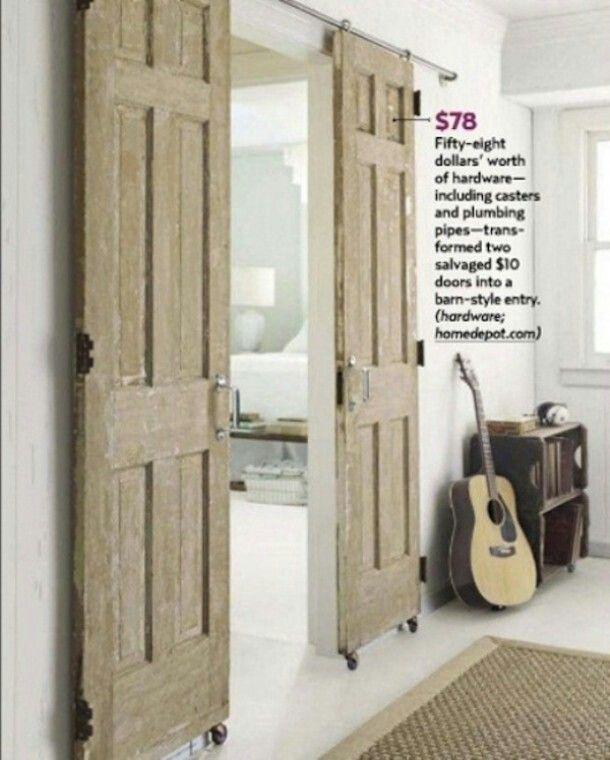 Schuifdeur van oude hergebruikte deuren.