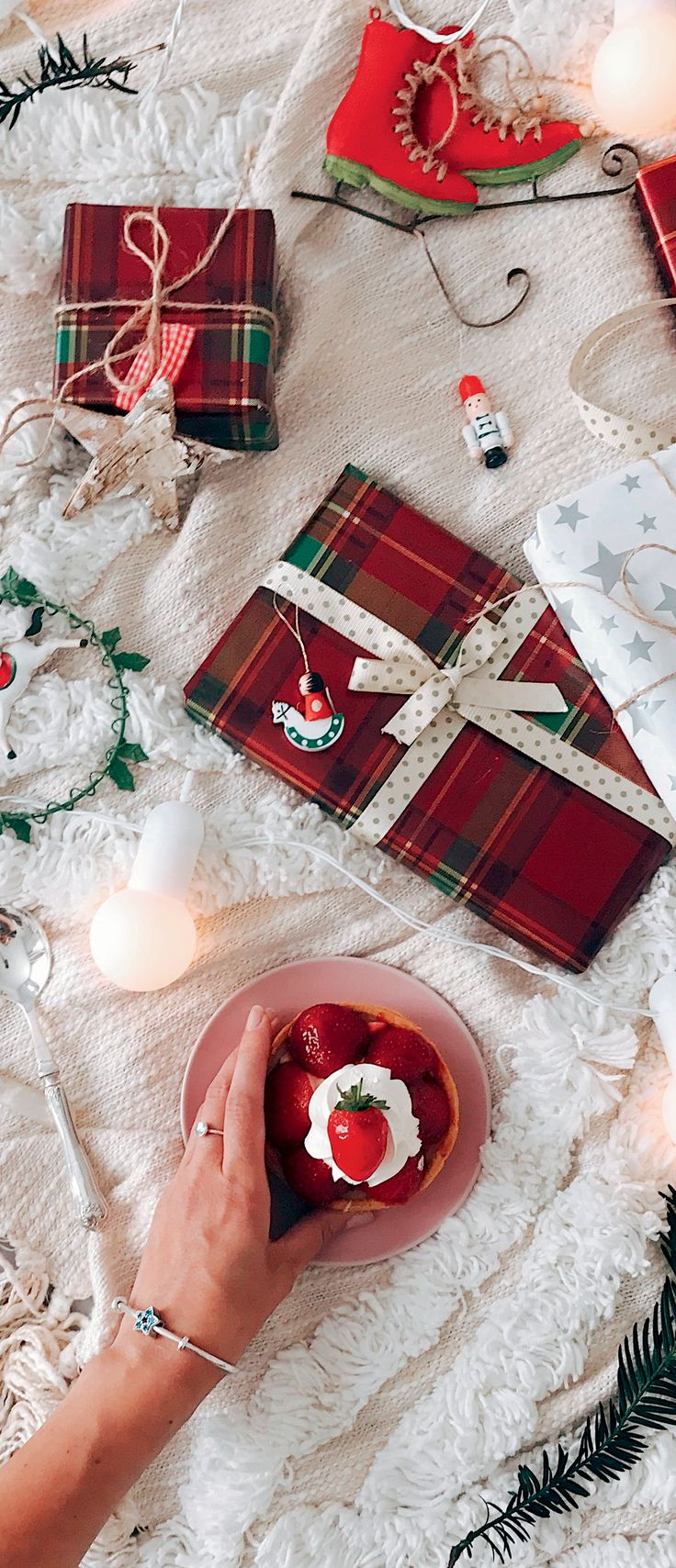 Christmas is just around the corner! Blogger Masha Rotar is busy wrapping gifts for her best friends while sporting winter-inspired PANDORA charms and rings.