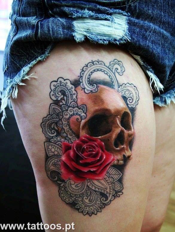 Tatuagem de caveira e rosa na perna