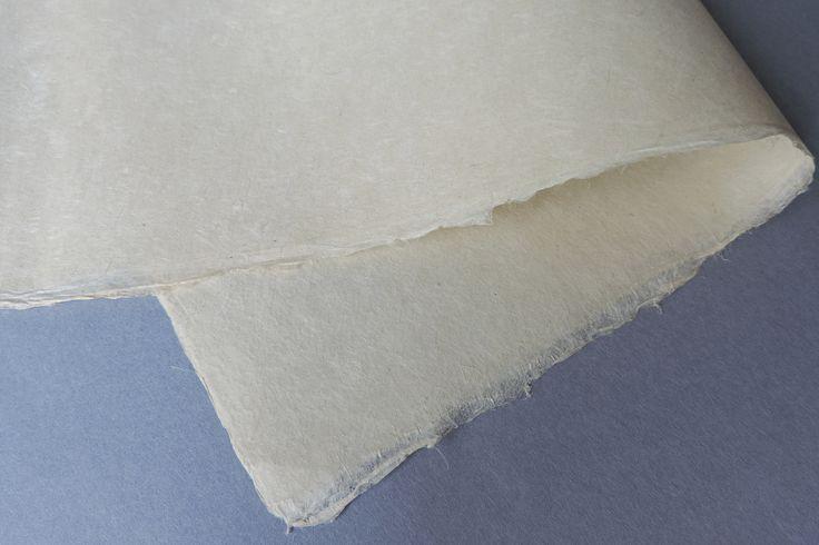 #Washi (feuille 59x96 cm) - 70% Kozo - pH 7 Papier japonais fait main, séchage manuel . 4 bords frangés. Une texture généreuse, légèrement rugueux sur une face et pelicheux sur l'autre. #printmaking Usage et support : #Gravure - tirage photo - #mokuhanga - techniques humides.