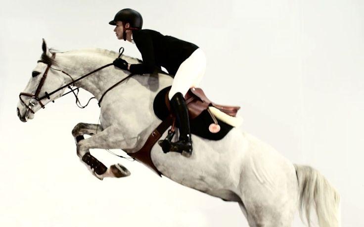Descubra a nova sela Hermès Allegro. Desenvolvida com os nossos cavaleiros parceiros Pilar Lucrecia Cordon, Lillie Keenan e Daniel Bluman, que te proporciona mais equilibrio e sincronização perfeita com os movimentos do cavalo durante o salto de obstáculos.