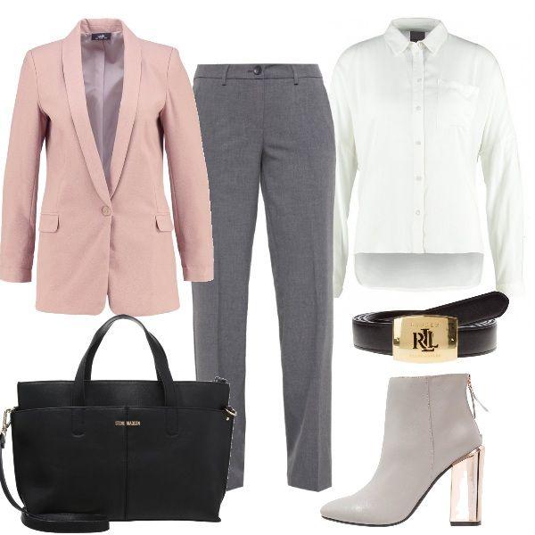 La giacca boyfriend rosa cipria rende particolare questo outfit per l'ufficio composto da camicia bianca classica e pantaloni comodi grigi. Completano il look gli stivaletti con tacco largo, la cintura con logo e la borsa a mano nera.