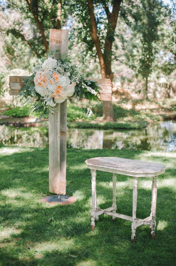 rustic cross with florals for wedding ceremony #weddingceremony #diy #cross http://www.weddingchicks.com/2014/01/21/vintage-southern-wedding/
