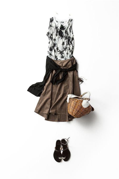 夏の終わりに着る 黒、白、ブラウンのベーシックな配色