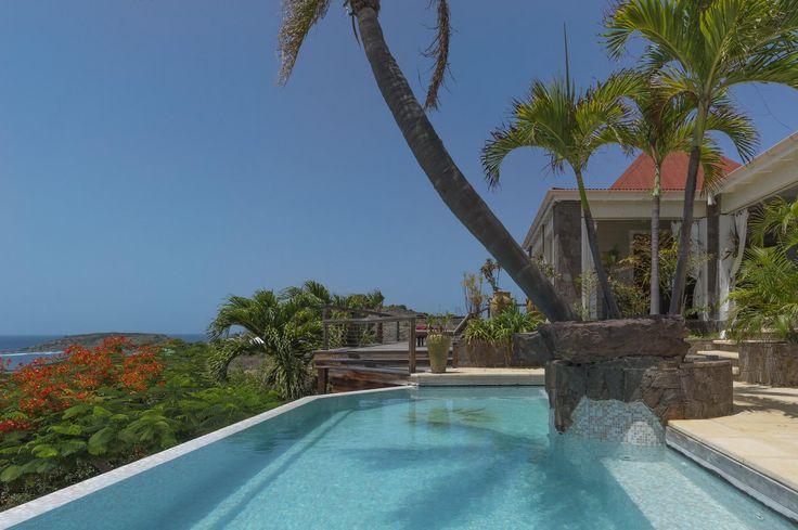 Casa Blanca villa is gelegen op Grand Cul-de-Sac heuvel in Saint Barth. Het dichtstbijzijnde hotel in Saint Barth is de Sereno. De woonkamer opent op het terras, het privé zwembad met uitzicht over Grand Cul-de-Sac lagune en Tortue Island. Villa Casa Blanca is een zeer aangename en comfortabele villa met een inrichting in Caribische stijl.…