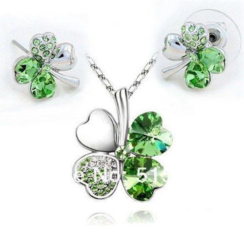 Neliapila kaulakoru ja korvakorut – Vihreä  Korun tilaus- ja hintatiedot löytyvät osoitteesta: http://www.samaskoru.fi/tuote/neliapila-kaulakoru-ja-korvakorut-vihrea/  #korut #kaulakoru #jewelry #necklace #fashion  www.samaskoru.fi