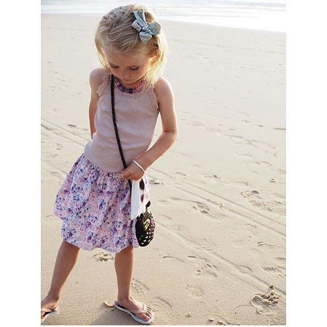Fantastisk sommerbillede af @bastabumdk Molly My i vores stedmoderblomster nederdel og sølv glimmer sløjfe 🎀 💓 Jeg elsker vores fine stedmoderblomster print som både fås i nederdel, kjole og bukser - perfekt til både fest og hverdag 🌸👧🏼👏🏻☀️ #forkids #børnetøj #danskdesign #babytøj #barsel #nyfødt #stedmoderblomster #pigetøj #kidswear #barnemote #barneklær #kindermode #danishdesign #forkidsdk #shop 📦 www.forkids.dk