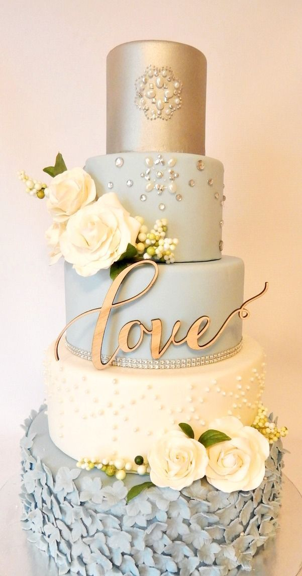 Incredible vintage wedding cake design in white, powder blue and gold. Perlas incrustadas en este imponente pastel vintage en blanco, celeste y dorado diseñado por Rebekah Naomi Cake Design