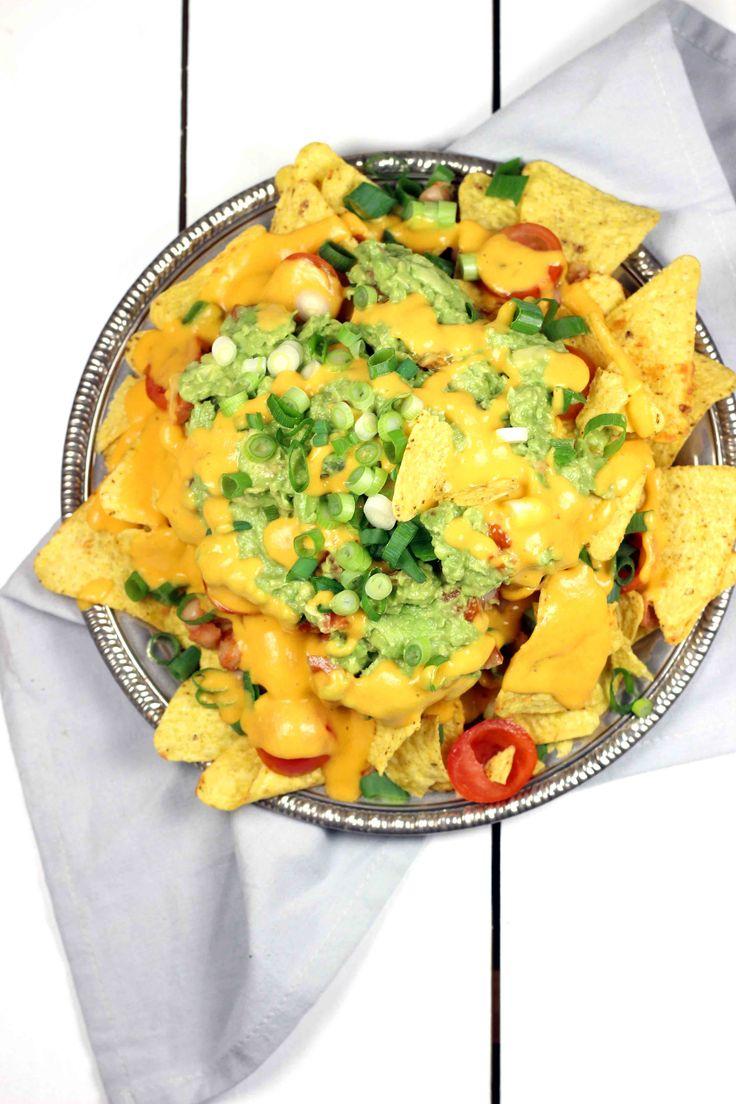 Tijd voor nacho's! Een echt comfort food gerechtje als je het mij vraagt. Als je me al een tijdje volgt weet je het al: ik ben dòl op Mexicaans eten. Bijna alles uit deze keuken is makkelijk vegan te maken, ik had alleen nog geen alternatief voor de kaas. Na een speurtocht op het internet