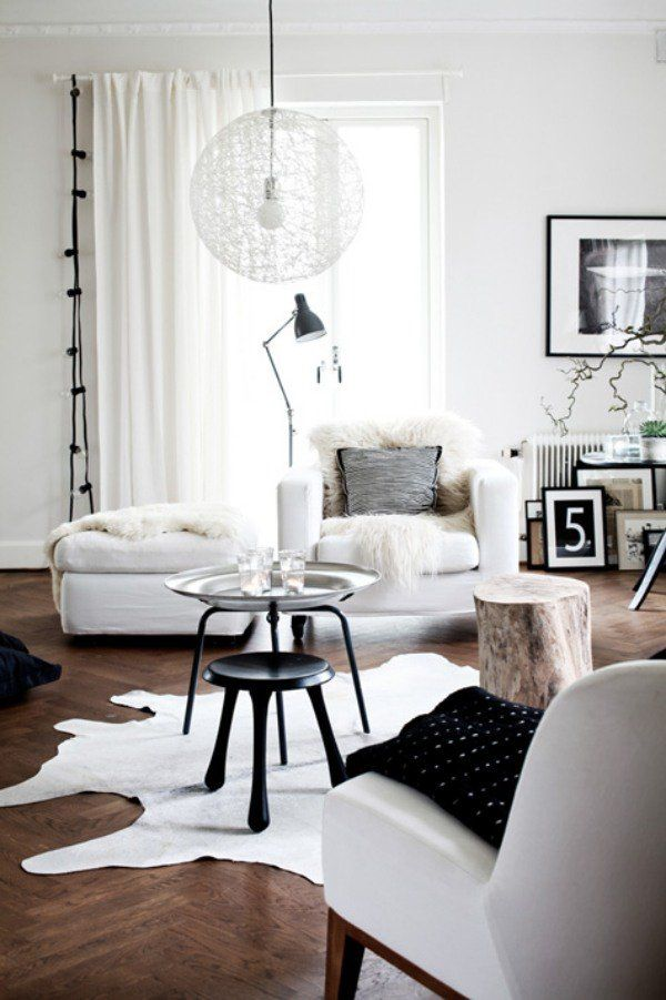 salon moderne blanc et noir et parquet en bois