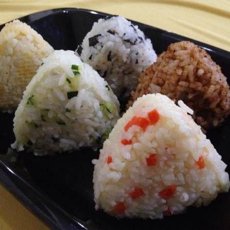 """Olahan nasi (Bap) jepang punya onigiri ya, kita punya lontong isi atau arem - arem sayuran, korea juga punya Ini olahannya selain KimBap, BibimBap yaitu JuMeokBap annyongHaseyo! Bekal Makan siang Khalisa Korean Food lagi ah, Besok."" --Evi Khalisa. Lihat selengkapnya di http://dapurmasak.com/resep/7017-resep-nasi-kepal-lima-warna-jumeokbap"