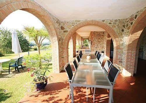 Pranzo all'aperto. #pranzo #tavolata #relax #starbene #cibo #food #benessere #ariaaperta #archi #volte #attivita #insieme