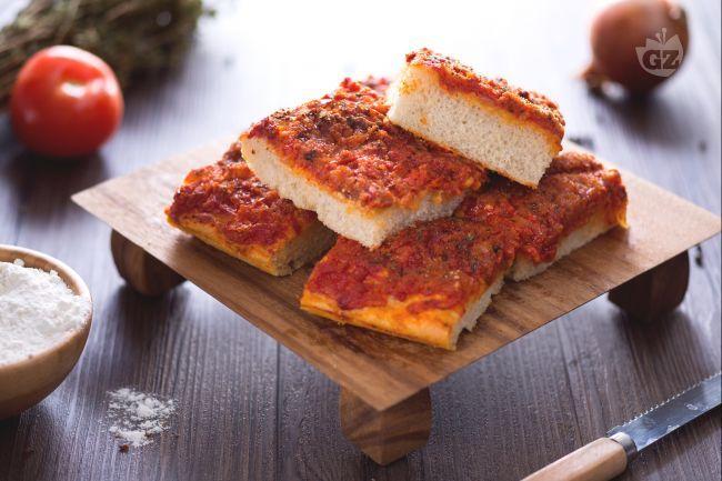 Lo sfincione palermitano è una tradizionale focaccia della bella terra di Sicilia. Un impasto molto soffice ed un condimento davvero irresistibile!