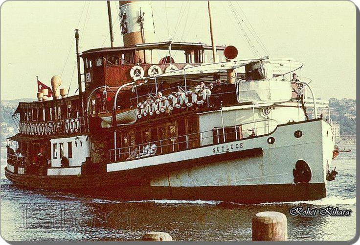 Sütlüce vapuru Yeniköy iskelesine yanaşıyor - 1972  (Kohei Kihara albümünden)