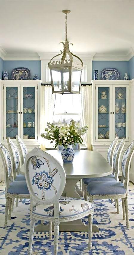 mavi yemek odasi dekorasyonu duvar rengi duvar kagidi masa sandalye perde hali rengi mavi uyumlu renkler (1)