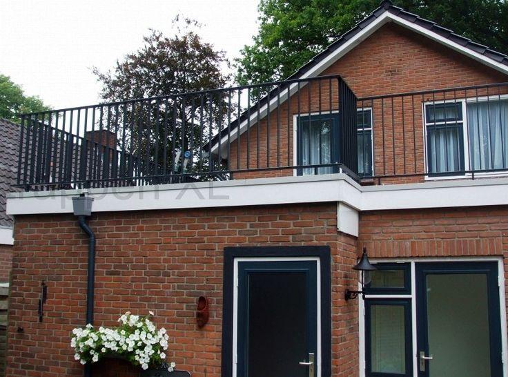 Huis met een plat dak met een balustrade van gepoedercoat staal balkonhek balustraden - Railing trap ontwerp ...